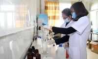 Giảng viên trường ĐH Y dược Hải Phòng tích cực điều chế Dung dịch rửa tay khô phòng chống COVID-19. Ảnh: HPMU