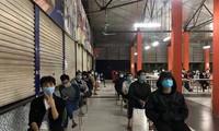 Sinh viên trường ĐH FPT cơ sở Hòa Lạc chờ lấy mẫu xét nghiệm. Ảnh: FPTU