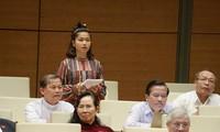 Đại biểu Ksor H'Bơ Khăp chất vấn tại phiên họp Quốc hội ngày 6/11/2020. Ảnh QH