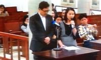 Ông Han Gi Cheol và phiên dịch tại tòa.