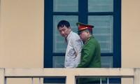 Trịnh Xuân Thanh được áp giải vào phòng xử.