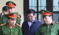 Nguyên Trung tướng Phan Văn Vĩnh được dẫn giải tới phòng xử.