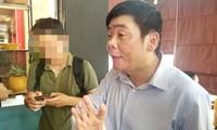 Ông Trần Vũ Hải trao đổi với phóng viên ngay khi buổi khám xét két thúc