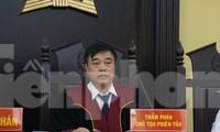 Chủ tọa cho biết ông Nguyễn Minh Khoa - nguyên Phó phòng PA03 Công an Sơn La đã bỏ khỏi nơi cư trú.