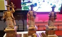Từ bìa phải qua, các mẫu tượng vua Lý Thái Tông số 1, 2 và 3.