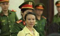 Bị cáo Trần Thị Hiền tìm người thân, nhắn mua thêm nhu yếu phẩm gửi cho mình.