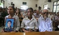 Người nhà ông Thám cùng các ông Chinh, Đệ tại buổi xin lỗi công khai của Viện KSND tỉnh Vĩnh Phúc.