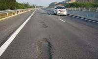 Cao tốc Đà Nẵng - Quảng Ngãi có rất nhiều điểm bị hỏng.