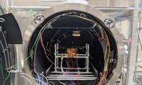 Vệ tinh NanoDragon trong buồng thử nghiệm Nhiệt chân không. Ảnh: Trung tâm Vũ trụ Việt Nam cung cấp.