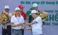 Thủ tướng Nguyễn Xuân Phúc trao cup Liên minh chống rác thải nhựa đại diện Công ty Cổ phần Quốc tế Thịnh Đạt tại Lễ ra quân sáng nay như một sự khuyến khích các doanh nghiệp phát triển các sản phẩm thân thiện với môi trường.