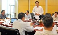 Ông Lương Duy Hanh (người đứng phát biểu) tại một cuộc họp ở Bộ Tài nguyên và Môi trường do Thứ trưởng Võ Tuấn Nhân chủ trì.