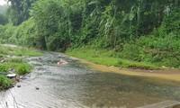 Gấp rút truy tìm xe đổ dầu thải vào nguồn nước sông Đà