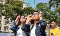 Các bạn trẻ ở Thành phố Hồ Chí Minh quan sát nhật thực ngày 26/12/2019. Ảnh: Câu lạc bộ thiên văn nghiệp dư TPHCM.
