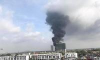 Vụ cháy hóa chất ở Long Biên tạo ra cột khói khổng lồ. Ảnh minh họa: Vietnamplus.vn