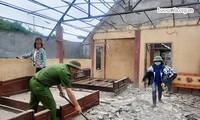 Xã Tân Lập, huyện Mộc Châu huy động lực lượng giúp đỡ các hộ gia đình bị thiệt hại do động đất. Ảnh: Báo Sơn La.
