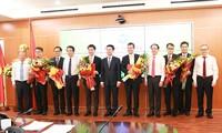 Bộ trưởng Bộ Thông tin và Truyền thông Nguyễn Mạnh Hùng tặng hoa cho các cán bộ được bổ nhiệm. Ảnh: mic.gov.vn