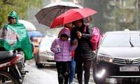 Học sinh Hà Nội trở lại trường trong mưa rét