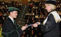 Lê Hoàng Anh Tuấn nhận bằng tốt nghiệp tại trường Đại học tổng hợp VSB, Séc 2008. Ảnh: NVCC cho 1 tạp chí nghề báo
