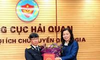 Thứ trưởng Bộ Tài chính Vũ Thị Mai trao quyết định bổ nhiệm cho ông Lưu Mạnh Tưởng sáng 17/1.