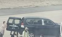 Chiếc xe biển xanh đón ông Lương Minh Sơn và người thân tại cầu thang máy bay ở sân bay Tuy Hòa.