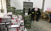 Cơ quan Công an kiểm tra kho chứa hàng lậu. Ảnh: Công an Nhân dân