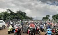 Hàng trăm người dân từ TP.HCM và các tỉnh phía Nam về/qua Gia Lai sáng 27/7. Ảnh: Đình Văn