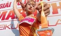 """""""Hot"""" Tiktoker Lê Bống rạng rỡ """"chạy giữa đại ngàn"""" cùng Tiền Phong Marathon 2021"""