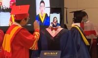 Gây tranh cãi: Trường trao bằng tốt nghiệp cho robot nhằm tránh tụ tập mùa COVID-19