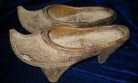 Đừng tưởng giày cao gót thời hiện đại mới có, người cổ đại đã đi giày cao gót 25cm rồi đó!