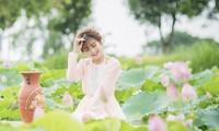 Nữ sinh Tài chính xinh đẹp trong tà áo tứ thân bên hoa sen dưới nắng Hè