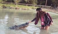 """Tận mắt nữ sinh viên Mỹ mừng tốt nghiệp ĐH bằng xuống đầm lầy vờn cá sấu """"khủng"""""""