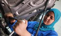 Cô gái 24 tuổi trở thành thợ máy sửa chữa ô tô đầu tiên ở Ai Cập