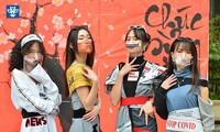 """Thời trang phòng chống dịch COVID-19 """"độc lạ"""" của sinh viên trường ĐH Kiến trúc Hà Nội"""