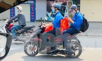 Đoàn Thanh niên – Hội Sinh viên ĐHQGHN trao quà cho các sinh viên tạm trú tại Hà Nội