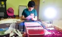 Các em học sinh tự làm mũ chống giọt bắn gửi các y bác sỹ chống dịch