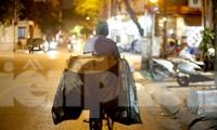 Người lao động nghèo mưu sinh trong đêm đông rét buốt ở Hà Nội