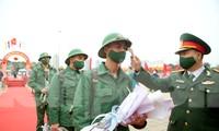 Tân binh đo thân nhiệt, bước qua 'Cổng Vinh Quang' lên đường nhập ngũ