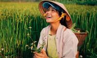 """Giãn cách xã hội dài ngày, sao Việt rủ nhau về quê làm """"nông dân"""" như thật"""