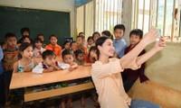 Hoa hậu Lương Thùy Linh giúp trẻ em Lũng Lìu xây ước mơ từ con đường trên núi