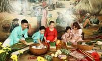 Vợ chồng Khánh Thi dạy hai con gói bánh chưng để tận hưởng không khí Tết cổ truyền