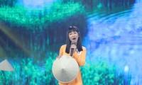 """Trang Moon gây bất ngờ với áo bà ba và nón lá cùng giọng ca """"ngọt lịm"""""""