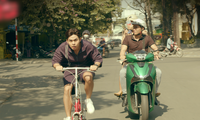 """Dân tình """"choáng"""" khi thấy Jun Phạm cưỡi xe đạp rượt đuổi xe hơi, đại náo phố phường"""