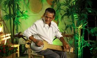 Người đàn ông mù có tình yêu âm nhạc bao la cùng cây đàn thau độc đáo có 1-0-2