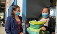 Bà Châu Thị Kim Hà (ở khu phố 5, phường Hắc Dịch, thị xã Phú Mỹ) giảm 100% tiền nhà và tặng quà cho người thuê trọ. Ảnh: Mỹ Lương-Báo Bà Rịa-Vũng Tàu.