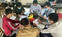 Nhóm người đang khai báo y tế tại chốt kiểm dịch trên quốc lộ 1A phía Nam tỉnh Bình Thuận. Ảnh: CTV.