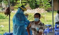 Chỉ đi tiêm vắc xin phòng COVID-19 tại các cơ sở y tế, cơ sở đào tạo y, dược và các cơ sở, điểm tiêm chủng được Bộ Y tế cấp phép. Ảnh: Nguyễn Long.