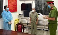 Cơ quan CSĐT Công an TP. Vũng Tàu tống đạt quyết định bắt tạm giam Vũ Tiến Giang. Ảnh: Công an cung cấp.