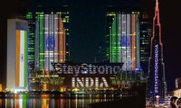 Mạnh mẽ nhé, Ấn Độ: Nhiều nơi trên thế giới rực màu cờ Ấn Độ khi số ca nhiễm vượt 18 triệu