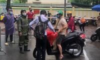 Teen Hà Nội đội mưa tới trường trong ngày đầu bước vào kỳ thi tuyển sinh lớp 10 THPT