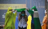 Sinh viên tình nguyện nhường áo mưa, che dù cho thí sinh lên phòng thi